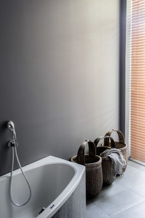 Mooie moderne grijze badkamer