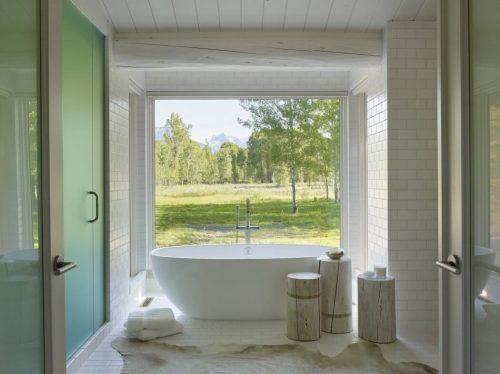 Mooie witte badkamer met uitzicht