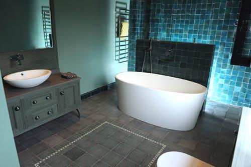 Mysterieuze badkamer met vrijstaand bad badkamers voorbeelden - Badkamer turkoois ...