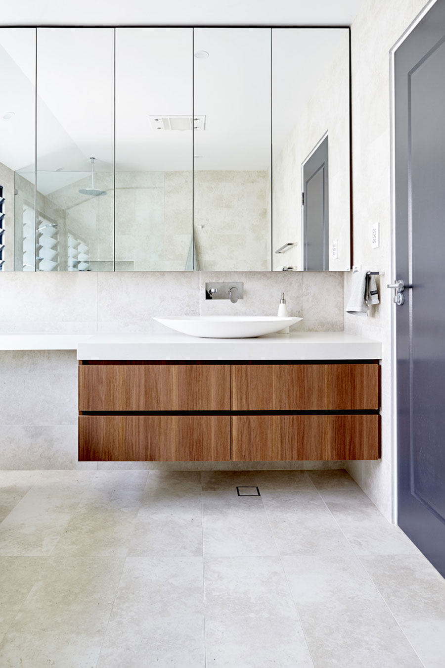 Natuurlijke badkamer met inloopdouche en vrijstaand bad