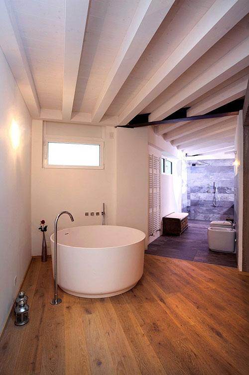 Open badkamer van historische loft - Badkamers voorbeelden