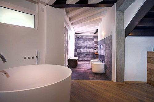 Open badkamer van historische loft