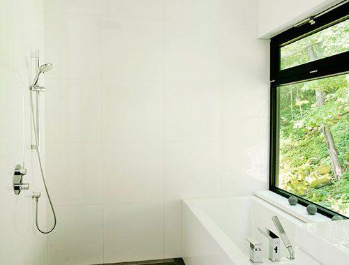 Open douche in een moderne badkamer
