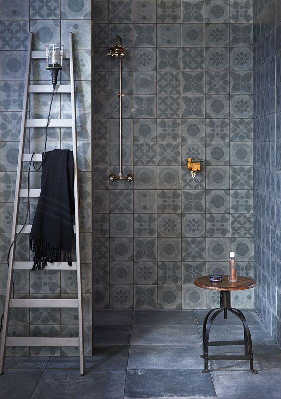 Patroontegels op de badkamer muren
