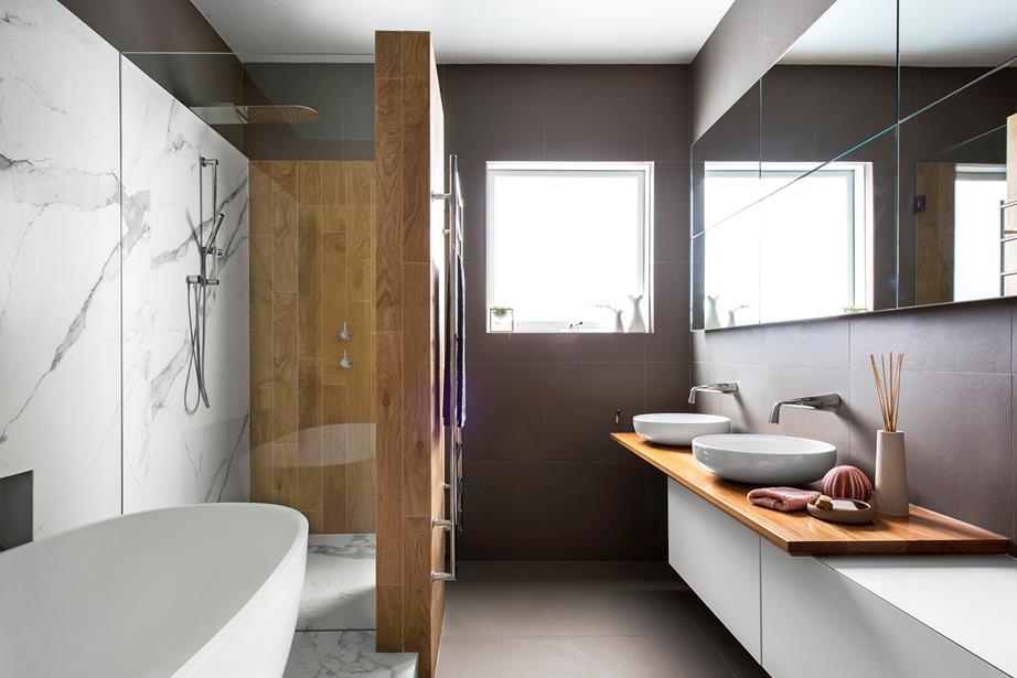 Prachtige marmeren en houten badkamer