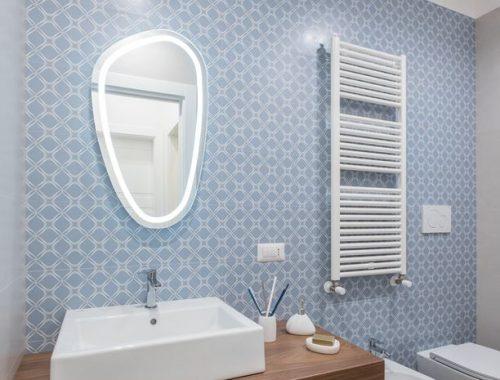 Praktische badkamer met babyblauw, wit en hout