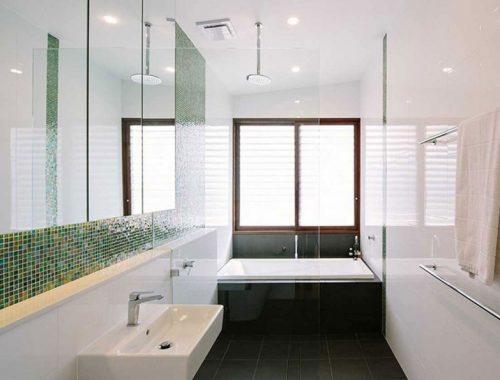 Praktische badkamer met bad en open douche