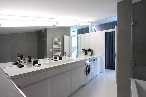 Praktische badkamer met plek voor wasmachine - Badkamers voorbeelden