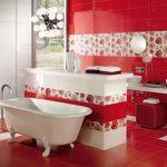 Rode badkamer met scheidingsmuur