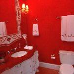 Rode landelijke badkamer