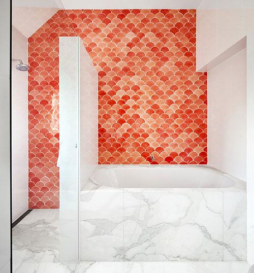Rode Marokkaanse tegels in badkamer