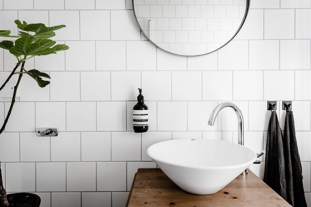 Ronde Spiegel Badkamer : Mooie details in een eenvoudige badkamer badkamers voorbeelden