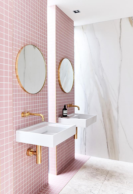 Roze badkamer met dubbele douche en dubbele wastafel