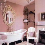 Roze klassieke badkamer
