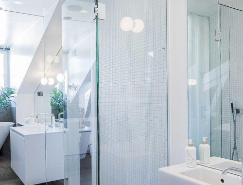 Ruime badkamer van luxe Scandinavisch penthouse