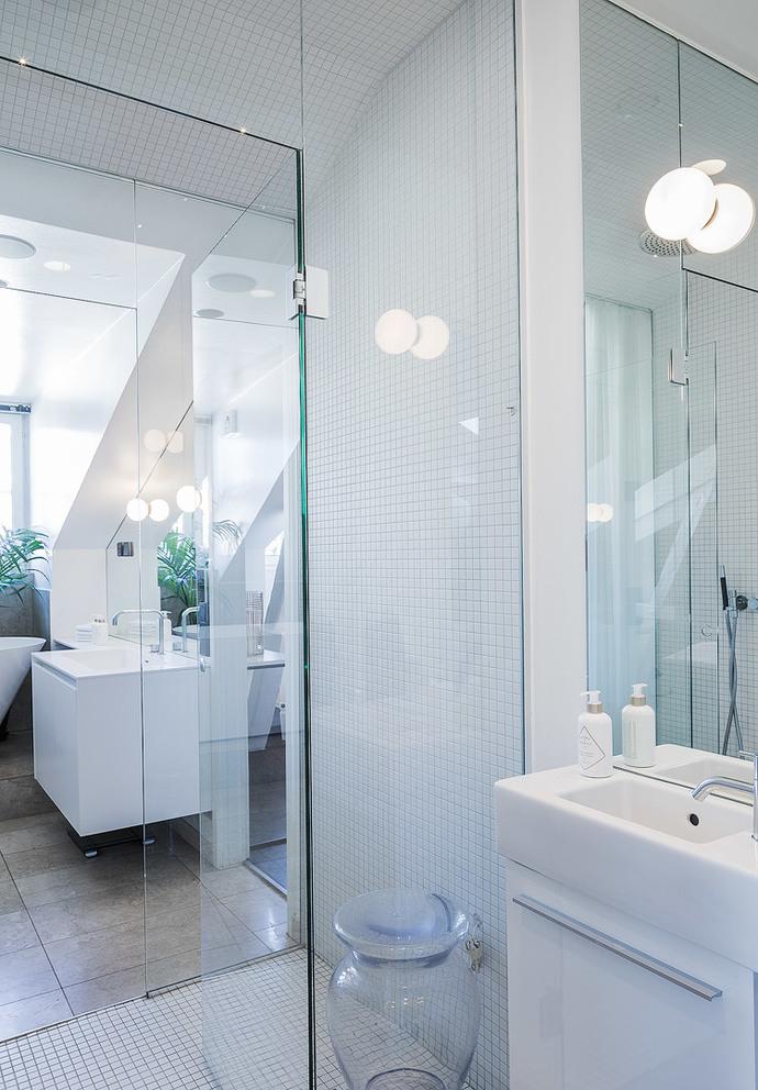 Ruime badkamer van luxe Scandinavisch penthouse - Badkamers voorbeelden