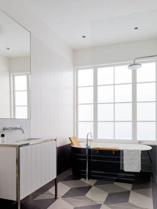 Ruime lichte badkamer van een luxe strandhuis