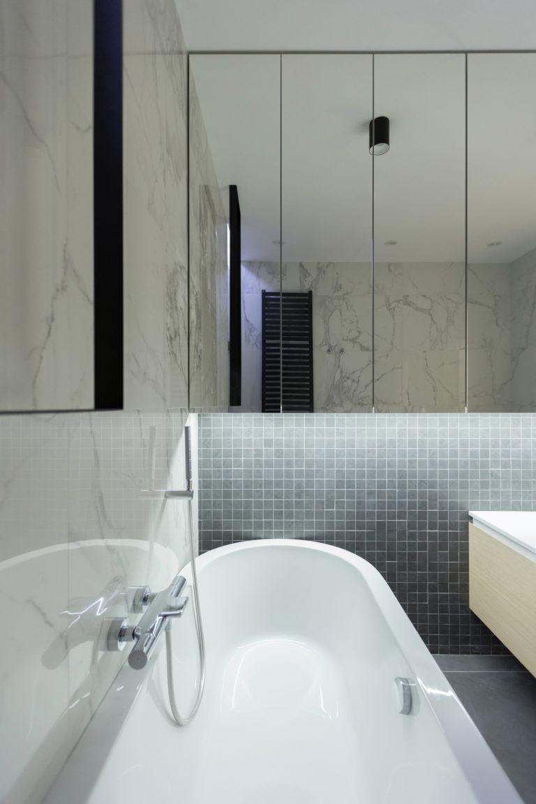 Ruime penthouse badkamer met een moderne luxe uitstraling