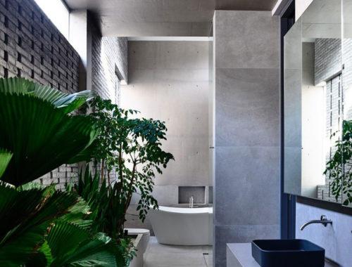 Ruime stoere badkamer met mooie planten