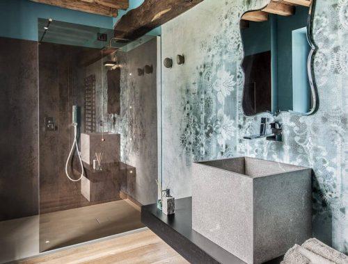Rustiek, industrieel en klassiek in deze Italiaanse badkamer
