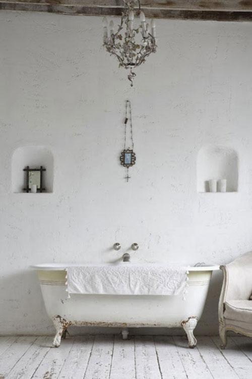 Rustieke badkamer met bad op pootjes