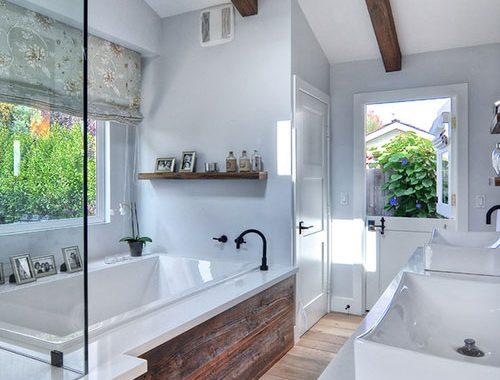 Rustieke badkamer met grove houten planken
