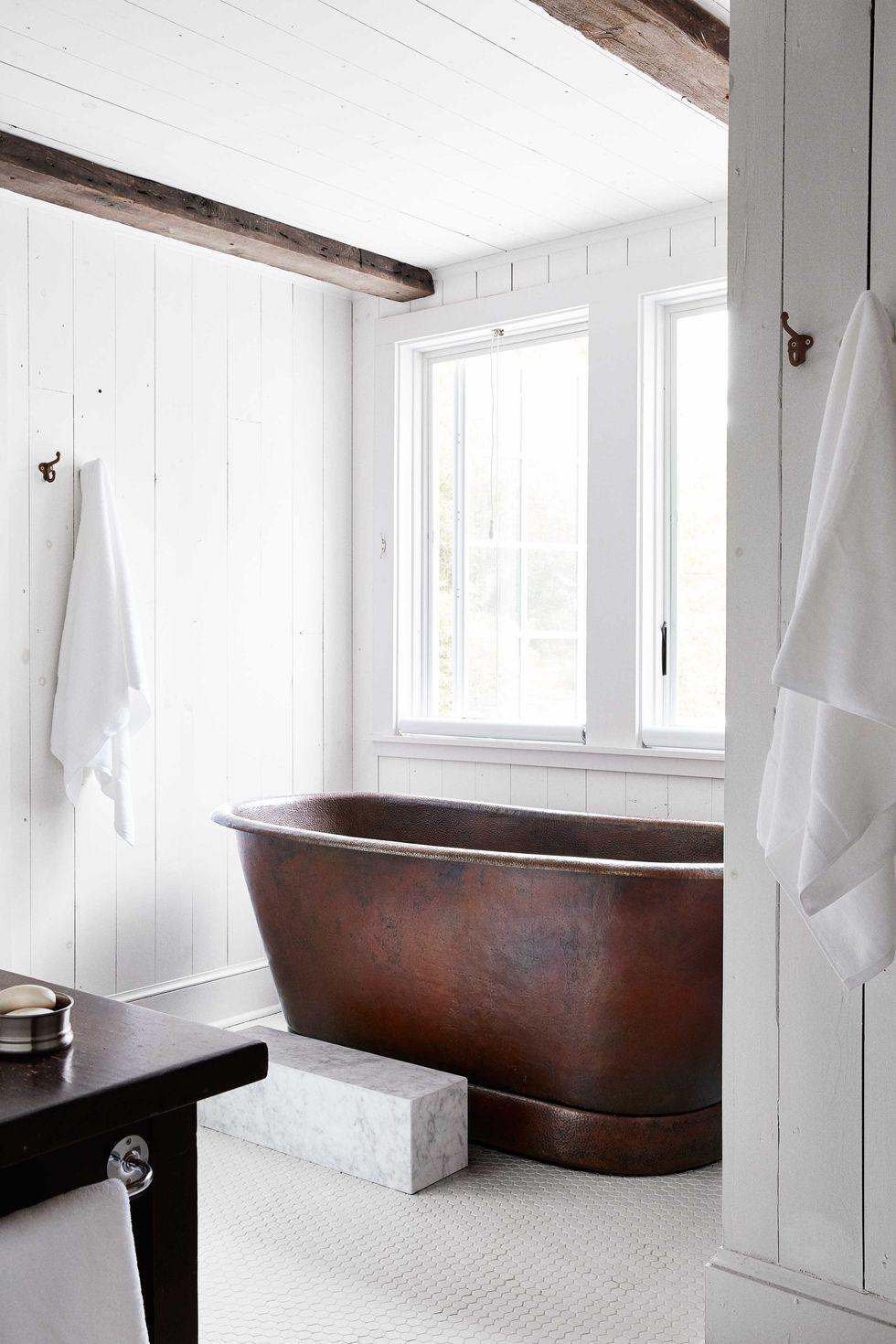 rustieke badkamer koperen bad
