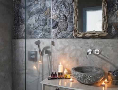 Rustieke badkamers met natuursteen mozaïek in Grieks hotel