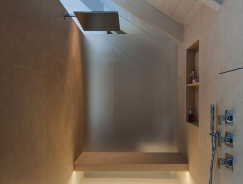 Scheidingswand in een grote badkamer