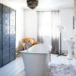 Serene badkamer met witte houten vloer