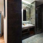 Sfeervolle donkergrijze badkamer