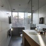 Badkamers voorbeelden praktische badkamer met bad en open douche - Douche italiaanse muur ...