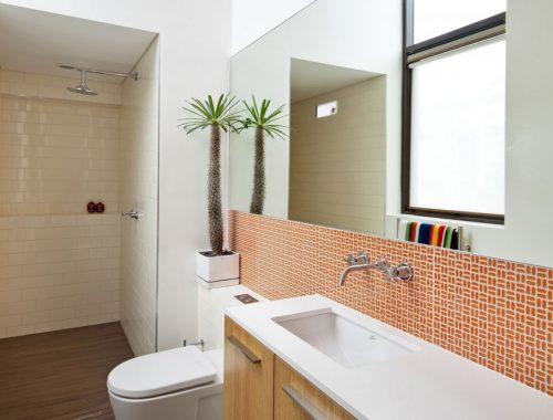 Smalle lange badkamer met hoog plafond