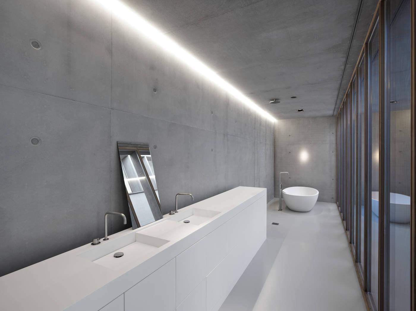 Smalle lange badkamer met een stoer minimalistisch en modern