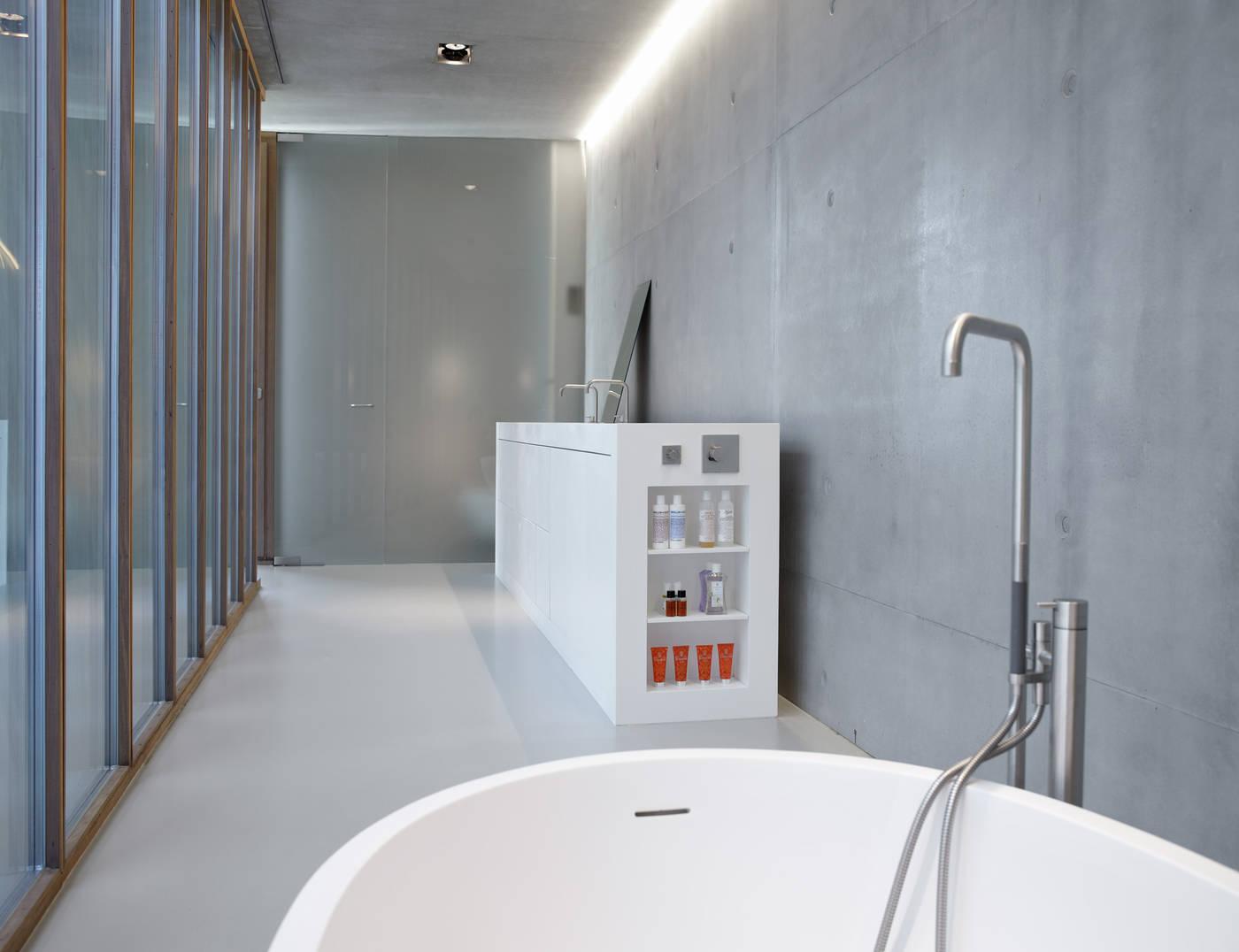 Smalle lange badkamer met een stoer, minimalistisch en modern ontwerp