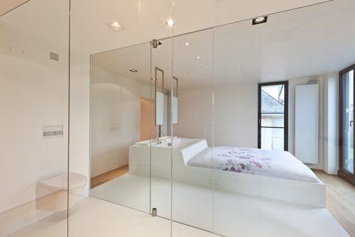 Badkamers voorbeelden » Smalle moderne badkamer in een slaapkamer