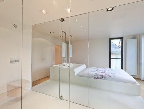 Smalle moderne badkamer in een slaapkamer
