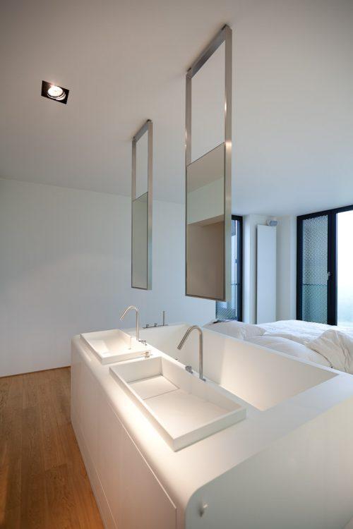 Smalle moderne badkamer in een slaapkamer - Badkamers voorbeelden