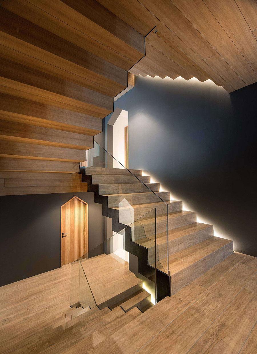 Smalle moderne badkamer van een luxe serviced appartement