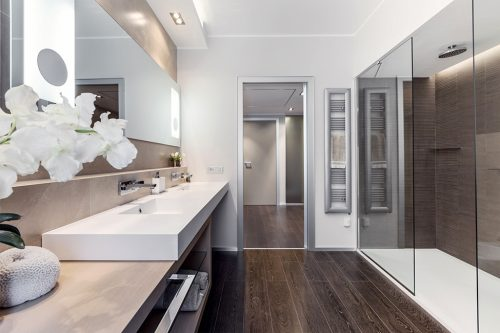 Spa badkamer met natuurlijke kleuren