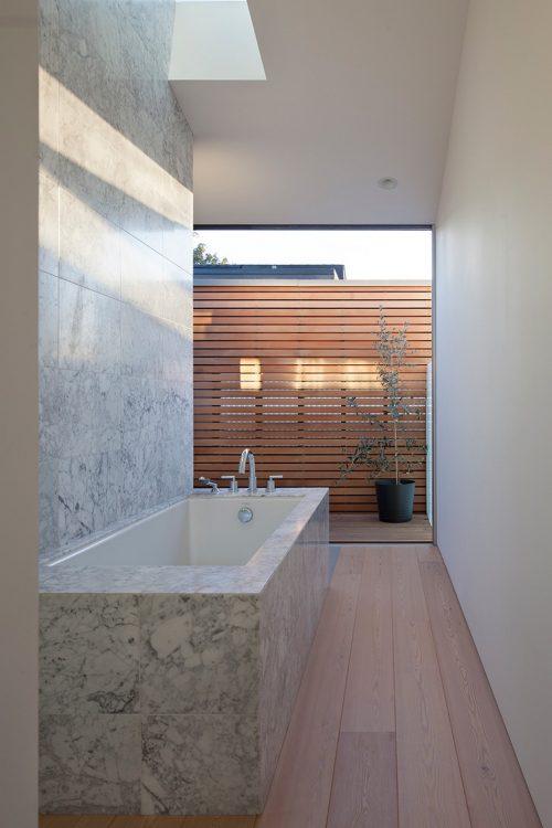 Speelse badkamer met tuin