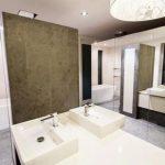 Speelse badkamer met spiegels