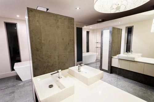Badkamers voorbeelden » Speelse badkamer met spiegels