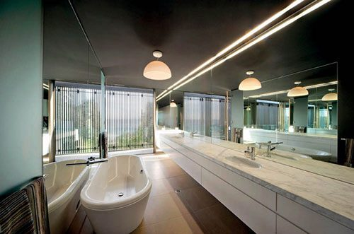 Spiegels in een smalle badkamer