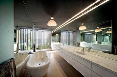 Spiegels in een smalle badkamer - Badkamers voorbeelden