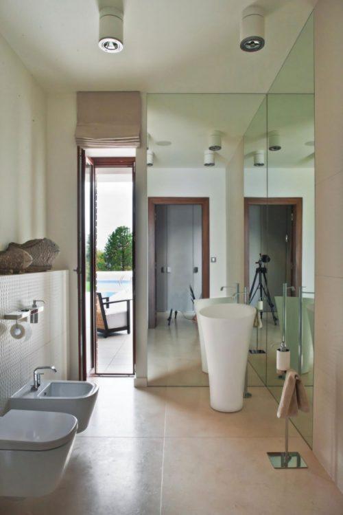 Spiegelwanden in badkamer uit Polen