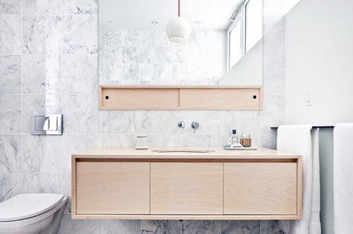 Stijlvolle badkamer met marmer, hout en beton