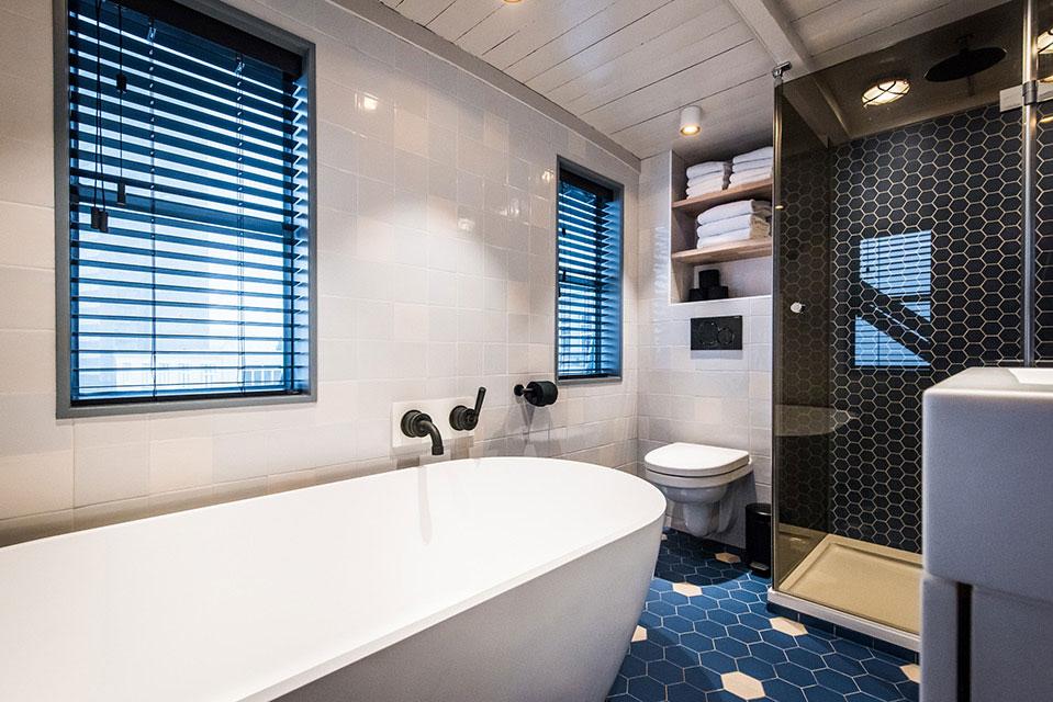 Stijlvolle badkamer van The YAYS Crane appartement