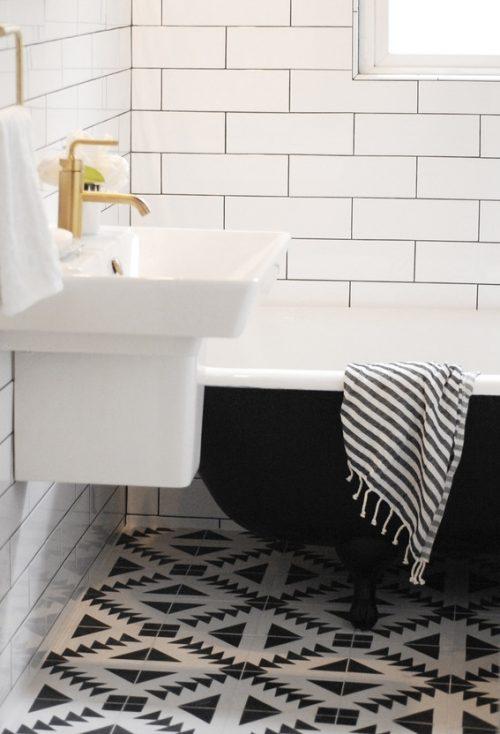 Stijlvolle zwart wit badkamer renovatie