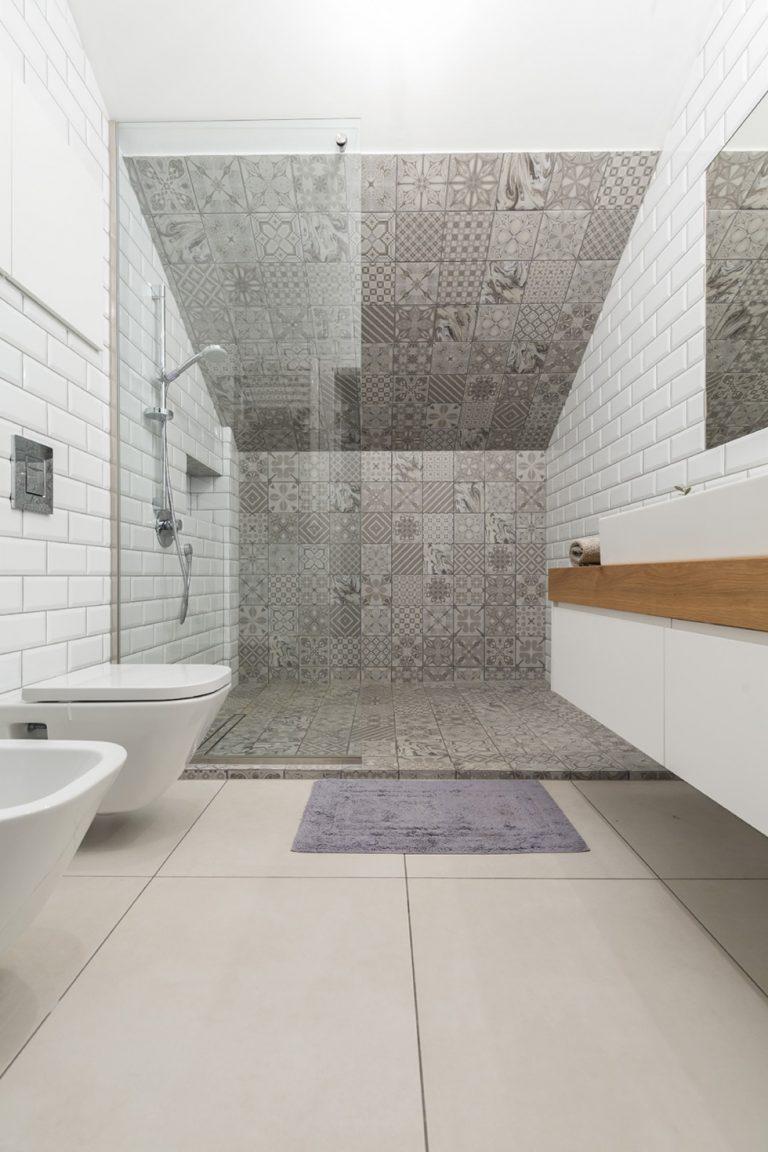 Badkamers voorbeelden » stoer badkamer ontwerp met patchwork tegels